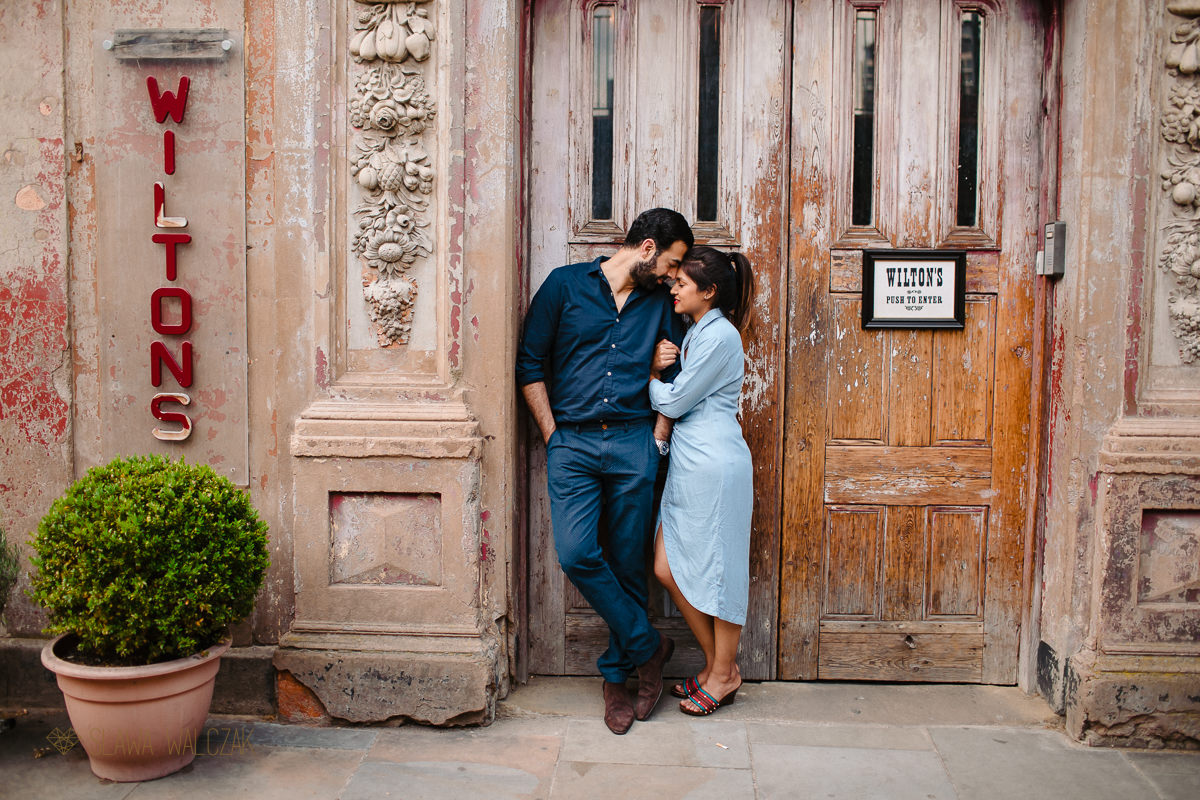 wapping relaxed engagement phot shoot