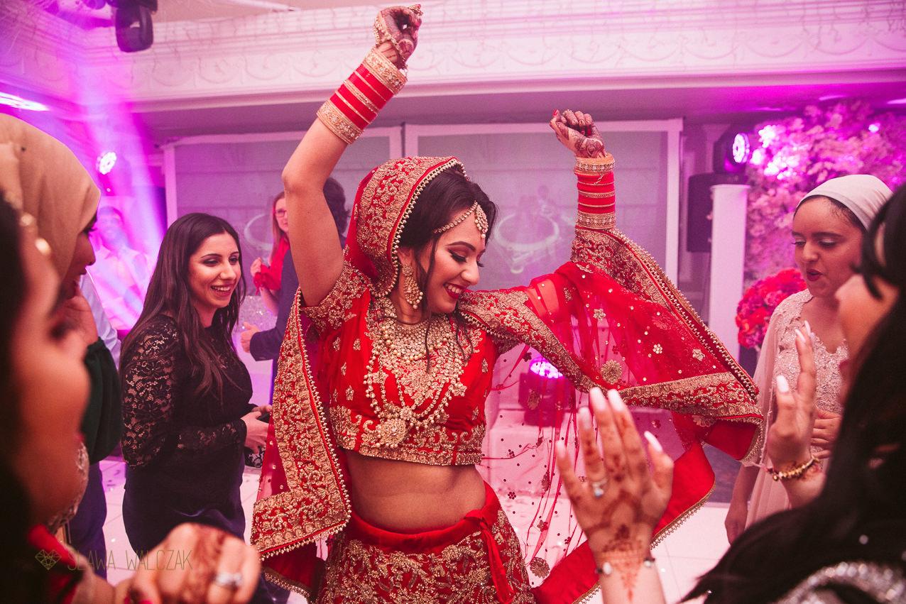 Sikh bride dancing at her indian wedding
