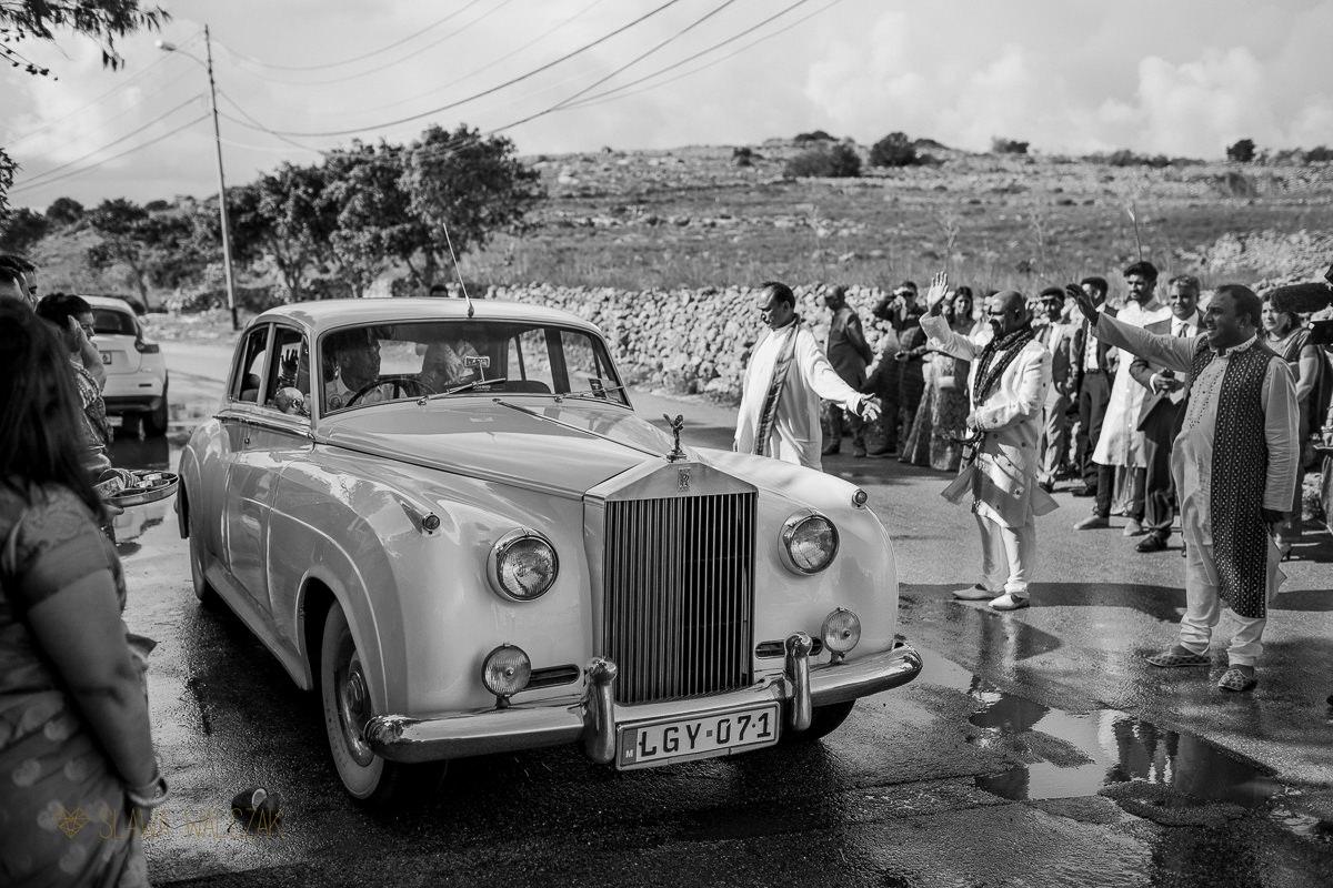 Indian Bride departure from her Hindian wedding in Castello Zammitello